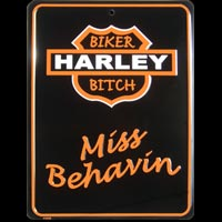 PLAQUE PUBLICITAIRE HARLEY DAVIDSON HARLEY BIKER BITCH MISS BEHAVIN